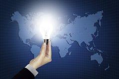 żarówki ręki światła mapy świat obrazy stock