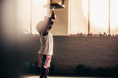 Żartuje boksera relaksuje z jego rękami na czole zdjęcie stock