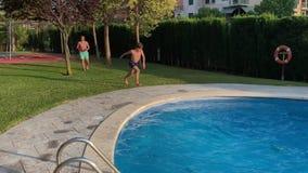 Żartuje doskakiwanie w błękitne wody basen zbiory wideo