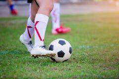 Żartuje gracz piłki nożnej stoi dla początku kopać daleko grę przy cente obraz stock