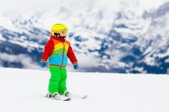 Żartuje nartę Zima rodzinny śnieżny sport Dziecka narciarstwo zdjęcia royalty free