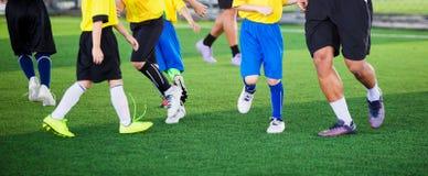 Żartuje piłki nożnej drużyny uczenie i jogging z trenerem obraz royalty free