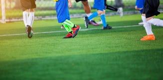 Żartuje piłki nożnej drużyny uczenie i jogging z trenerem zdjęcia royalty free
