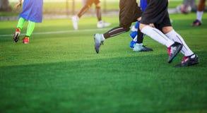 Żartuje piłki nożnej drużyny uczenie i jogging z trenerem fotografia stock