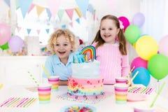 Żartuje przyjęcia urodzinowego z tortem Obrazy Royalty Free