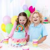 Żartuje przyjęcia urodzinowego z tortem Fotografia Stock