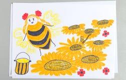 Żartuje rysunek lata nad kwiatami zbiera nektar i robi miodowi pszczoła fotografia stock
