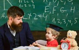 Żartuje szczęśliwych studia z nauczycielem pojedynczo, w domu Indywidualny uczy kogoś pojęcie Ojciec z brodą, nauczyciel uczy zdjęcie stock