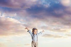 Żartuje udawać latać na chmurnego nieba tle fotografia stock