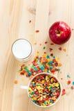Żartuje zdrowego szybkiego śniadaniowego Kolorowego ryżowego zboża, mleka i czerwieni, Obrazy Royalty Free