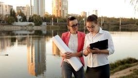 Żeńscy architekci dyskutują budowę nowy projekt rzeką w mieście Biznes, praca, rozwój zbiory