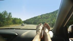 Żeńscy cieki na desce rozdzielczej samochód od strony miejsce pasażera, Poj?cie wakacje letni i podr?? zbiory wideo