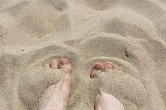 Żeńscy cieki na piasku fotografia stock