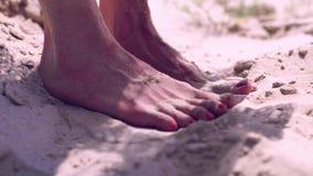 Żeńscy cieki na piasku zdjęcie wideo