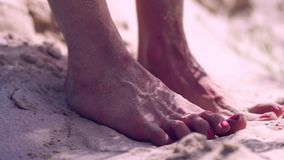 Żeńscy cieki na piasku zbiory wideo