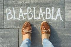 Żeńscy cieki z teksta bla-bla-bla pisać na popielatym chodniczku Obraz Stock