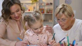 Żeńscy członkowie rodzini uczy dzieciaka remis, dziecko edukacja, wychowywają uwagę zbiory