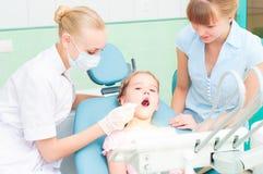 Żeńscy dentyści egzamininują dziecka Fotografia Royalty Free