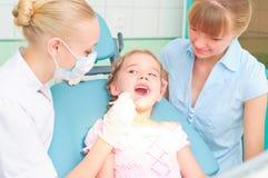Żeńscy dentyści egzamininują dziecka Obraz Stock