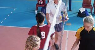 Żeńscy gracze trząść ręki z trenerem po dopasowania 4k zdjęcie wideo