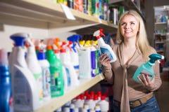 Żeńscy klienta kupienia detergenty obraz royalty free
