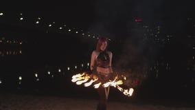 ?e?scy kuglarscy p?onie fan podczas nocy fireshow zdjęcie wideo