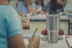 Żeńscy nauczyciele spotyka dla planu nauczania w szkole, Selekcyjny f zdjęcie royalty free