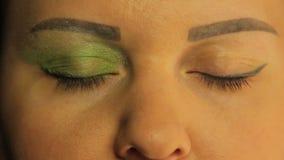 Żeńscy oczy jeden oko farbujący z jaskrawym - zieleń ocienia zdjęcie wideo