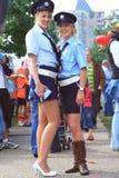 żeńscy oficery utrzymują porządek seksowną ulicę Obrazy Royalty Free