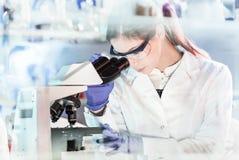 Żeńscy opieka zdrowotna badacze pracuje w naukowym laboratorium obrazy stock