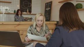 Żeńscy przedsiębiorcy dyskutuje przy spotkaniem w kawiarni zbiory wideo