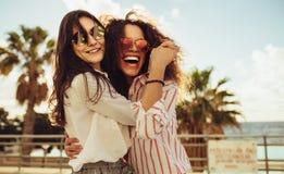 Żeńscy przyjaciele ma zabawę na dniu za zdjęcia royalty free