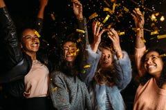 Żeńscy przyjaciele podnosić ręki up Fotografia Royalty Free