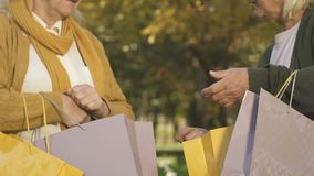 Żeńscy przyjaciele pokazuje zakupowi each inny, gestykulujący aprobatę, robi zakupy sprzedaż zdjęcie wideo