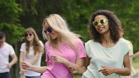 Żeńscy przyjaciele rusza się muzyka przy przyjęciem, szczęściem i relaksem, uśmiechnięte dziewczyny zbiory