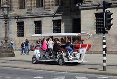 Żeńscy turyści na piwnym rowerze w Amsterdam Zdjęcia Royalty Free