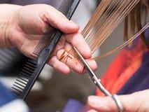 Żeńscy włosiani tnący nożyce w piękno salonie fotografia royalty free