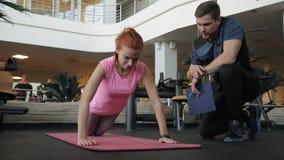 Żeńska atleta prowadzi mięśnia szkolenie z osobistym sprawność fizyczna trenerem zdjęcie wideo