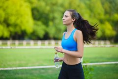Żeńska działająca atleta Kobieta biegacz biec sprintem dla zdrowego stylu życia Obrazy Stock