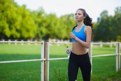 Żeńska działająca atleta Kobieta biegacz biec sprintem dla zdrowego stylu życia Zdjęcia Royalty Free