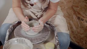 Żeńska garncarka pracuje z gliną, modeluje puchar na garncarki kole zbiory
