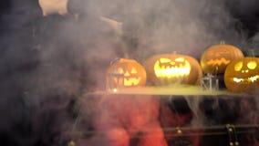 Żeńska guślarka z szarym włosy straszy, czaruje, ciska, czary Straszna piękna dziewczyny czarownica świętuje Halloween z zbiory wideo