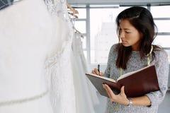 Żeńska krawcowa pracuje w bridal odzież sklepie obraz stock