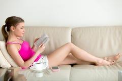 Żeńska książkowego kochanka bestselleru czytelnicza książka w domu Fotografia Stock