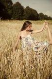 Żeńska moda, piękno i reklamy pojęcie, Kobieta w okularach przeciwsłonecznych z długim brunetka włosy na słonecznym dniu Obraz Royalty Free