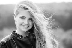 Żeńska moda, piękno i reklamy pojęcie, Moda model na zamazanym tle Obraz Royalty Free