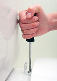 żeńska naprawiania ręki śruby śrubokrętu siedzenia toaleta Obraz Royalty Free