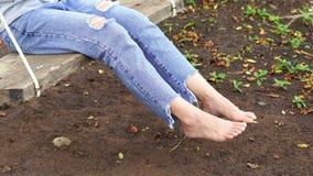 Żeńska noga na drewnianej huśtawce zdjęcie wideo