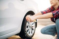 Żeńska osoba na jaźni usługi samochodowym obmyciu zdjęcia royalty free