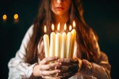 Żeńska osoba trzyma świeczki w rękach, wróżba obraz royalty free